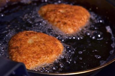 Bước 11: Đặt chảo dầu lên bếp, khi dầu nóng  bạn cho xôi vào chiên vàng giòn hai mặt với ngọn lửa vừa. Xôi chín lấy xôi ra để ráo dầu.