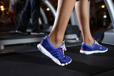 Cần chọn một đôi giày phù hợp để mang theo trong túi tập gym. Ảnh minh họa