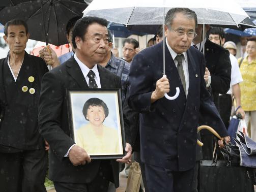 Ông Watanabe và di ảnh của vợ