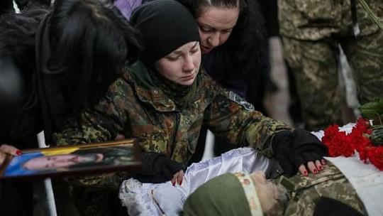 Một nữ quân nhân Ukraine tại đám tang người cha tử trận ở Luhansk