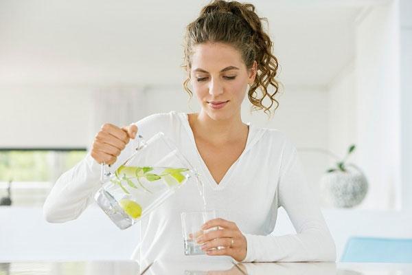 Uống nước chanh ấm vào mỗi buổi sáng rất tốt cho sức khỏe