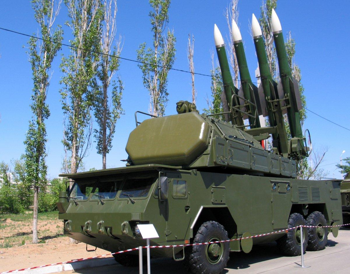 Hệ thống tên lửa BUK-2: Đây là hệ thống tên lửa được cho là đã được áp dụng trong chiếc máy bay chở khách của Malaysia qua Ukraine vào năm ngoái. Thiết bị được trang bị các tên lửa 9M317 có thể đạt tốc độ lên đến46.000 feet Mach 3 (gấp 3 lần tốc độ âm thanh) và mang đầu đạn hạt nhân nặng khoảng 70 kg