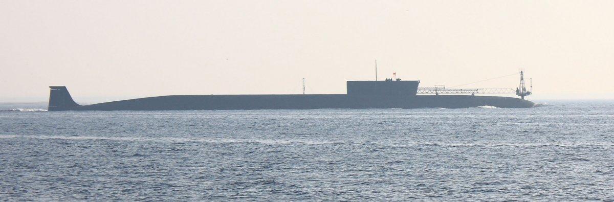 Tàu ngầm tên lửa đạn đạo hạt nhân lớp Borei: Với trọng lượng 14.700 tấn, mẫu vũ khí quân sự này có kích thước nhỏ hơn một chút so với tàu ngầm lớp Typhoon đàn anh. Tàu được trang bị 16 tên lửa đạn đạo lớp Bulava, mỗi tên lửa mang 6 – 10 đầu đạn hạt nhân với tầm bắn 8.300 km