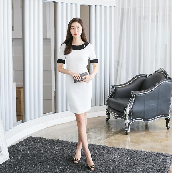 Với cô nàng thích sự giản dị có thể chọn váy công sở một màu trắng và điểm thêm vài đường đen