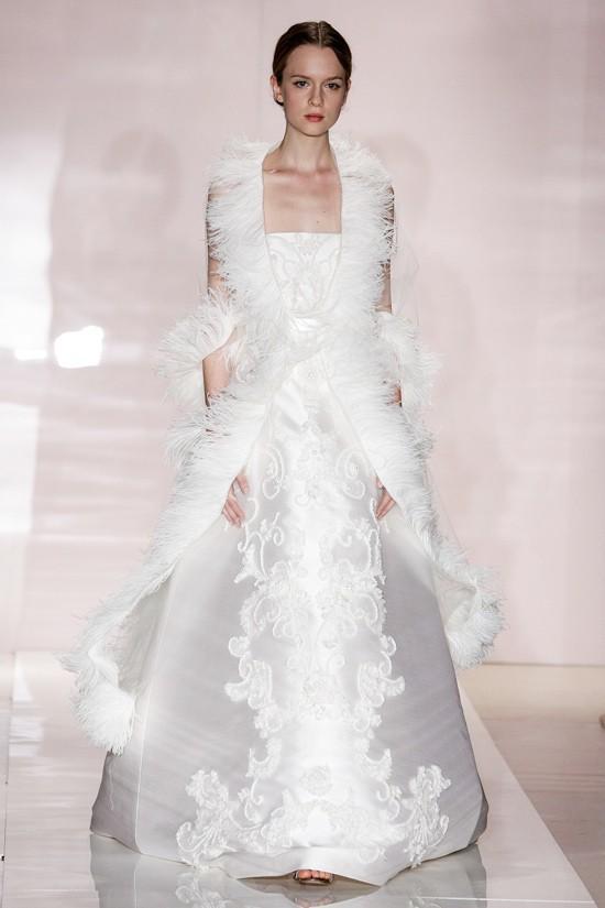 Lông chim được sử dụng để tăng tính quyến rũ cho cô dâu trong ngày cưới