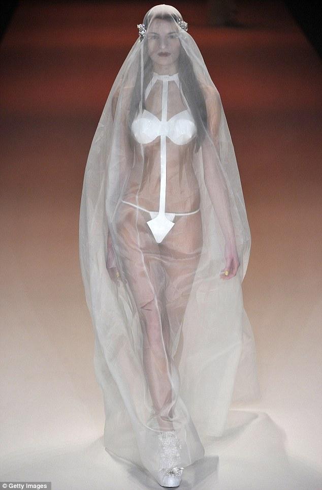 Váy cưới bikini khiến không ít người cảm thấy ngỡ ngàng
