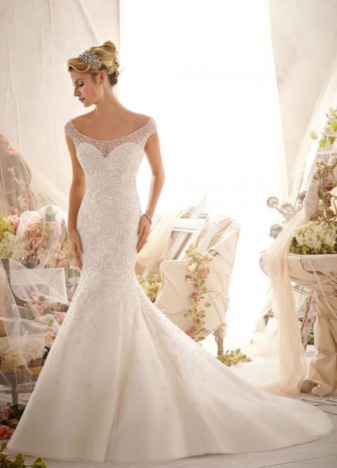 Váy cưới đuôi cá có phần cổ thuyền mở rộng