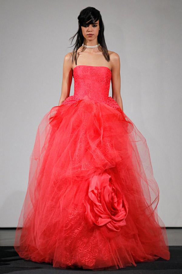 Váy cưới Vera Wang hồng dáng xòe, đinh hoa lớn rất được yêu thích