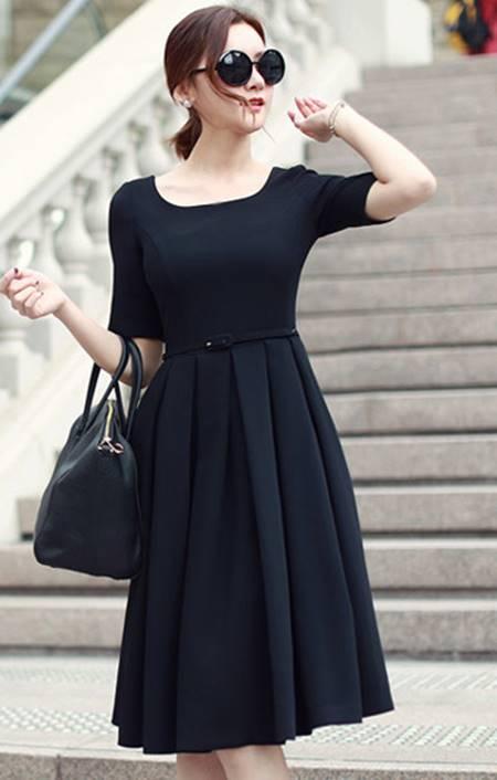 Chiếc váy với kiểu dáng casual, phần xếp ly xòe ra giúp các nàng khoe vòng eo thon gọn của mình