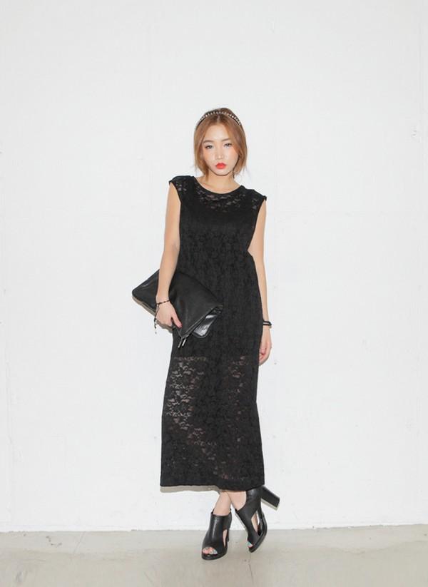 Kết hợp váy maxi ren xuyên thấu cùng clutch và giày cao gót đi dự tiệc
