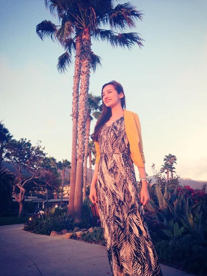 Hoa hậu Trúc Diễm cũng chọn váy maxi họa tiết và cardigan mỏng phù hợp với đi biển