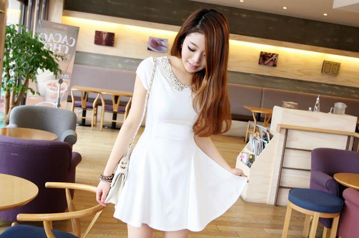 Váy trắng là món đồ được nhiều bạn gái trẻ trung yêu thích