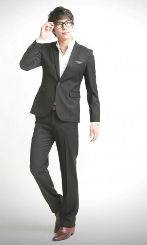 Vest đen kết hợp với áo sơ mi màu sẽ khiến chú rể trở nên nổi bật