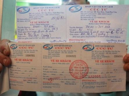 Vé xe Tết Âm lịch làm giả thương hiệu Cúc Tư (trên) và vé xe thật (dưới)