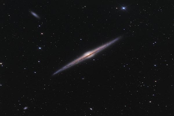 NGC 4565 - thiên hà xoắn ốc ước tính cách khoảng 30 đến 50 triệu năm ánh sáng. Ảnh: Ken Crawford