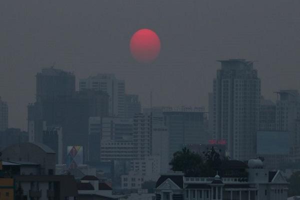 Cảnh mặt trời lặn được nhìn qua lớp bụi ô nhiễm dày đặc ở thành phố Băng Cốc, Thái Lan. Ảnh: Reuters