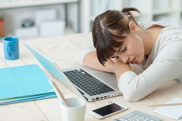 Thói quen ngủ gục trên bàn gây nhiều tác hại về lâu dài