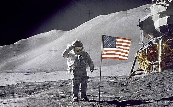 Phi hành gia Neil Armstrong bước đi trên Mặt trăng năm 1969. Ảnh: petrotimes
