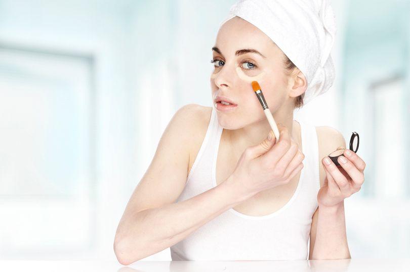 Nhà khoa học Mỹ cảnh báo, thường xuyên make-up, làm đẹp có thể ảnh hưởng tới hormone phụ nữ