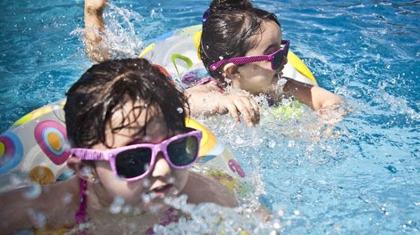 Hồ bơi cũng là nơi tiềm ẩn nhiều vi khuẩn lây bệnh cần tránh