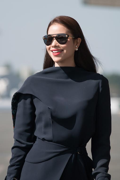Phạm Hương diện cả 'cây đen' vẫn đẹp hút hồn tại sân bay