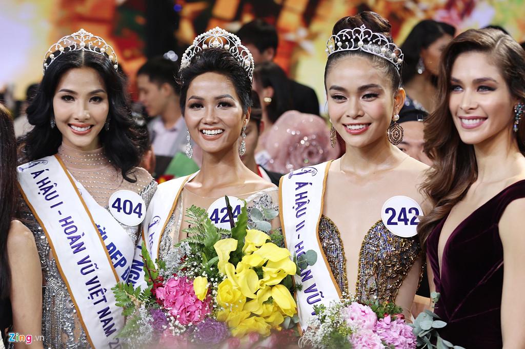 H'Hen Niê đi thi Hoa hậu đến quần jean, đôi dép cũng phải mượn