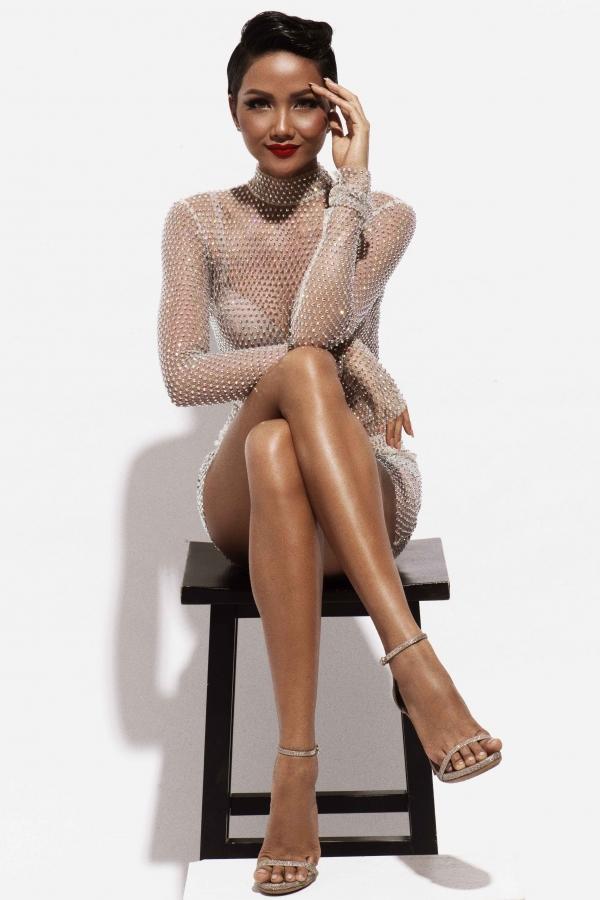 Hoa hậu H'Hen Niê bất ngờ 'tung' bộ ảnh gợi cảm, khoe thân hình chuẩn mực