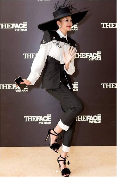 Siêu mẫu Thanh Hằng diện thiết kế với 2 màu đen trắng vô cùng đẳng cấp
