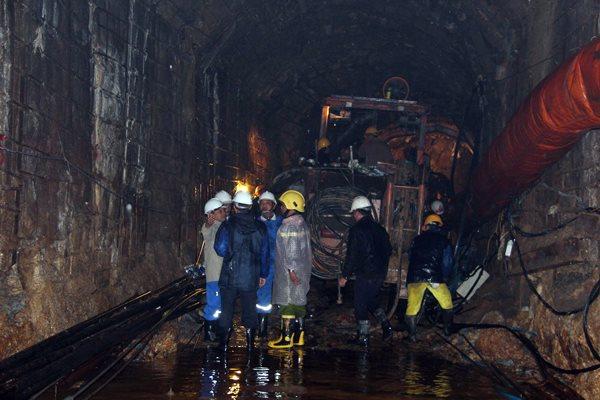 tin tức mới cập nhật 24h ngày 17/12: Nước dâng cao khiến các nạn nhân vụ sập hầm thủy điện rất lạnh