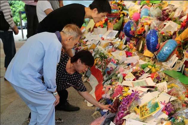 Người dân Singapore tưởng nhớ ông Lý Quang Diệu trước bệnh viện nơi ông từ trần sáng 23-3