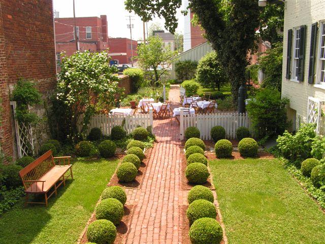 Bài trí sân vườn theo phong thủy hợp lý sẽ đem đến vẻ sinh động và một không gian thiên nhiên vô cùng kỳ thú cho ngôi nhà