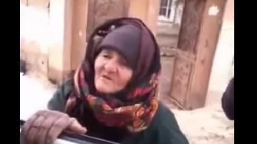 Hình ảnh cụ bà gan dạ đối đầu với hai tay súng khủng bố IS trong đoạn video đăng tải trên YouTube