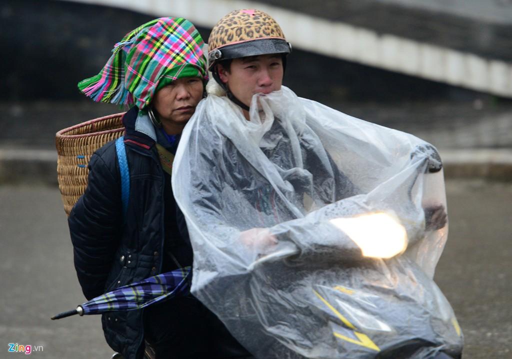 Mặc dù thị trấn Sapa không mưa nhưng sương xuống dày kèm theo gió mạnh làm không khí thêm ẩm ướt, tấm nilon chắn gió chẳng mấy chốc bị sướt sũng.