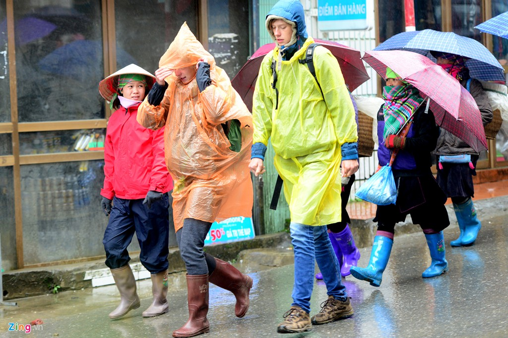 Du khách nước ngoài chuẩn bị sẵn ủng cao, giày trecking, áo mưa để đi bộ khám phá làng bản.