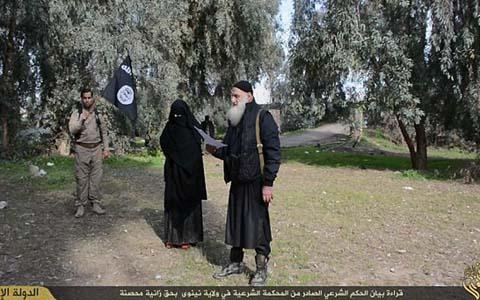 Người phụ nữ bị buộc tội ngoại tình bị đám khủng bố IS ném đá đến chết