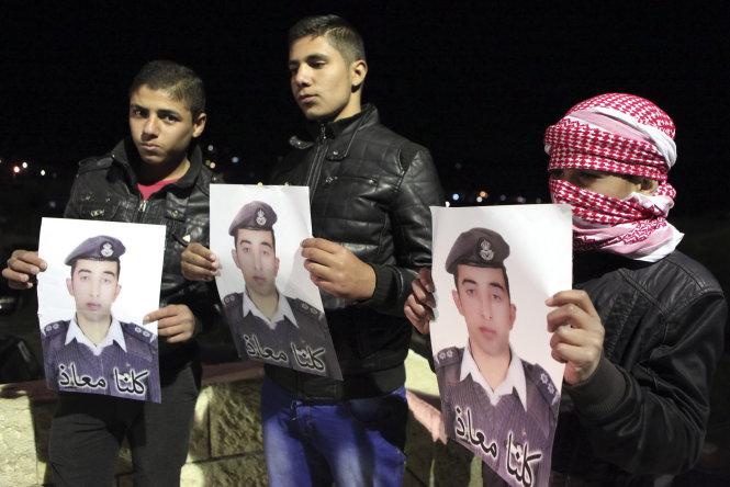 Thân nhân phi công Muath al-Kasaesbeh biểu tình đòi chính phủ Jordan giải cứu anh là tin tức mới cập nhật 24h hôm nay