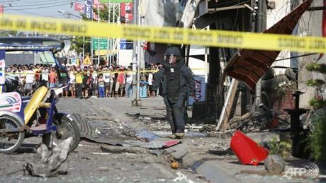 Một nhân viên phá bom tại hiện trường vụ nổ ngày 23/1 ở miền nam Philippines