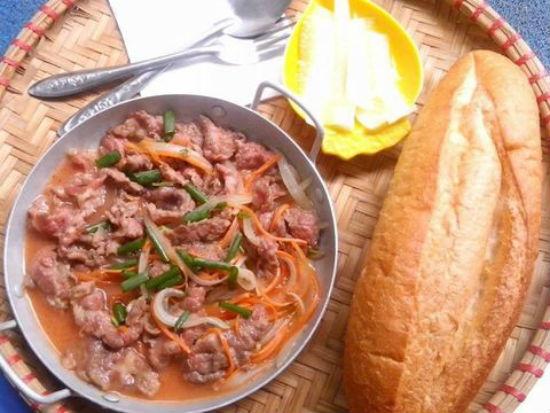 Bánh mì bò xào ngọt đậm vị bò tái chín ăn cùng rau củ