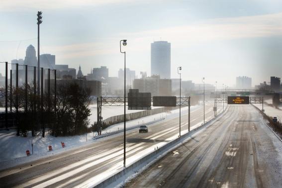 Bão tuyết lớn khiến một số tuyến đường buộc đóng cửa do quá trơn trượt