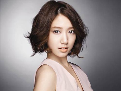 Tóc bob ngắn uốn xoăn cũng là một trong những kiểu tóc xoăn đẹp cho những nàng mặt vuông