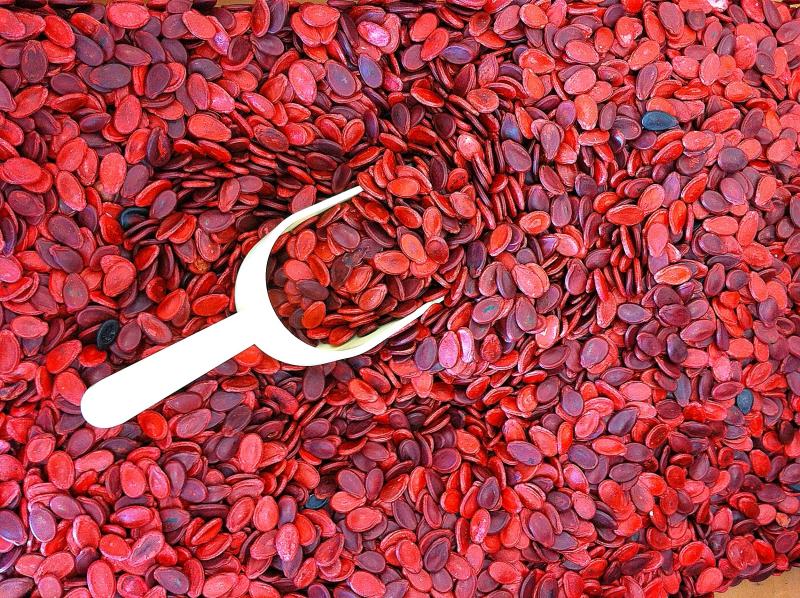 Hạt dưa có màu đỏ tươi, sáng bóng thường được nhuộm bằng phẩm màu công nghiệp