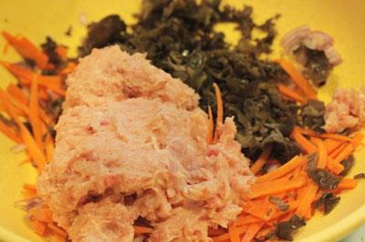 Trộn đều hỗn hợp gồm thịt heo, tai heo, thịt xay, cà rốt... với gia vị