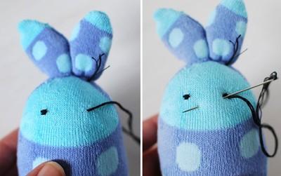 Dùng chỉ khâu mắt, vẽ thêm má hồng và làm nơ để trang trí cho thỏ