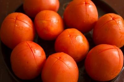 Sửa sạch cà chua, khía cà chua như hình để bắt đầu luộc