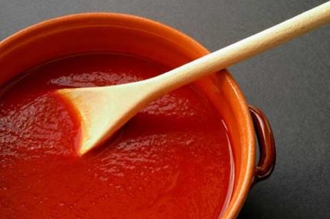 Xay nhỏ thịt cà chua, ớt, tỏi và muối và cho vào nồi nấu