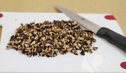 Nấm hương băm nhỏ trộn cùng với thịt xay nhuyễn