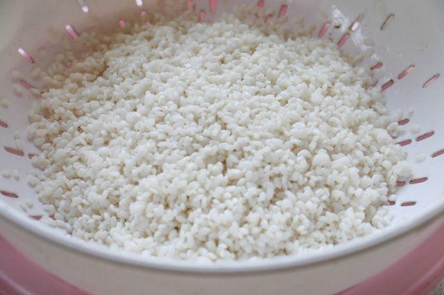 Gạo nếp ngâm để cho ráo trộn cùng với ngô đã tách hạt
