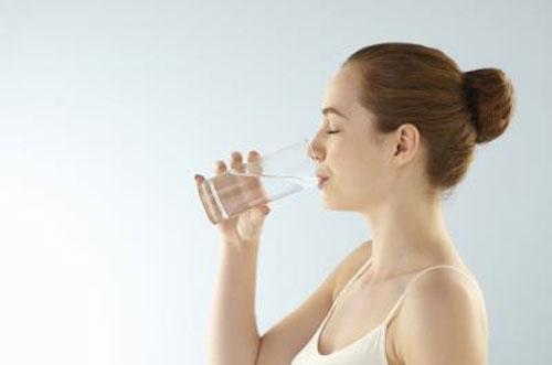 Trị đau bao tử hữu hiệu bằng thói quen uống nước khi ngủ dậy