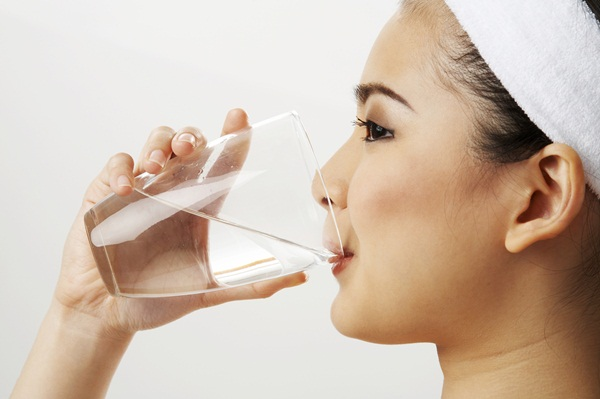 Uống nước đúng cách và uống đủ nước giúp cơ thể tránh các bệnh như táo bón, sỏi thận