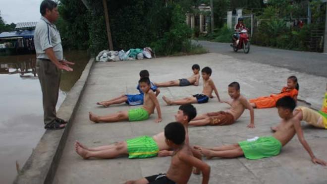 tin tức mới cập nhật 24h ngày 30/11: Thầy giáo Lê Trung Sứng nhận thư khen với 16 năm tận tụy dạy trẻ tập bơi miễn phí